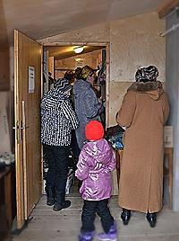 Im Stiftungslager kann jeder Besucher sich selbst und seinem Kind nötige Sachen wählen