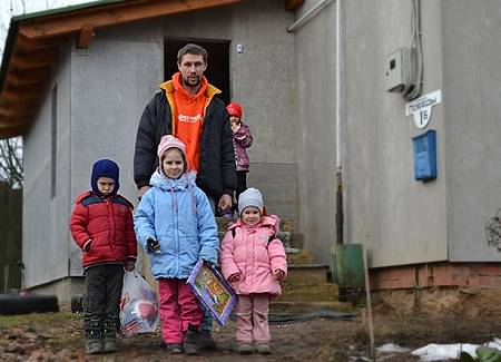 Помощь многодетной семье переселенцев