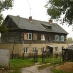 Im ersten Stock wohnt Nadjeschda mit ihren zwei Kindern. Im Kellergeschoss (von der anderen Seite des Hauses erreichbar) wohnen Nora, Aschot und Ljudmila.
