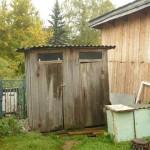 Die Bio-Toilette im Hof des Hauses.
