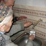 Nora und Aschot öffnen zum ersten Mal den Wasserhahn.